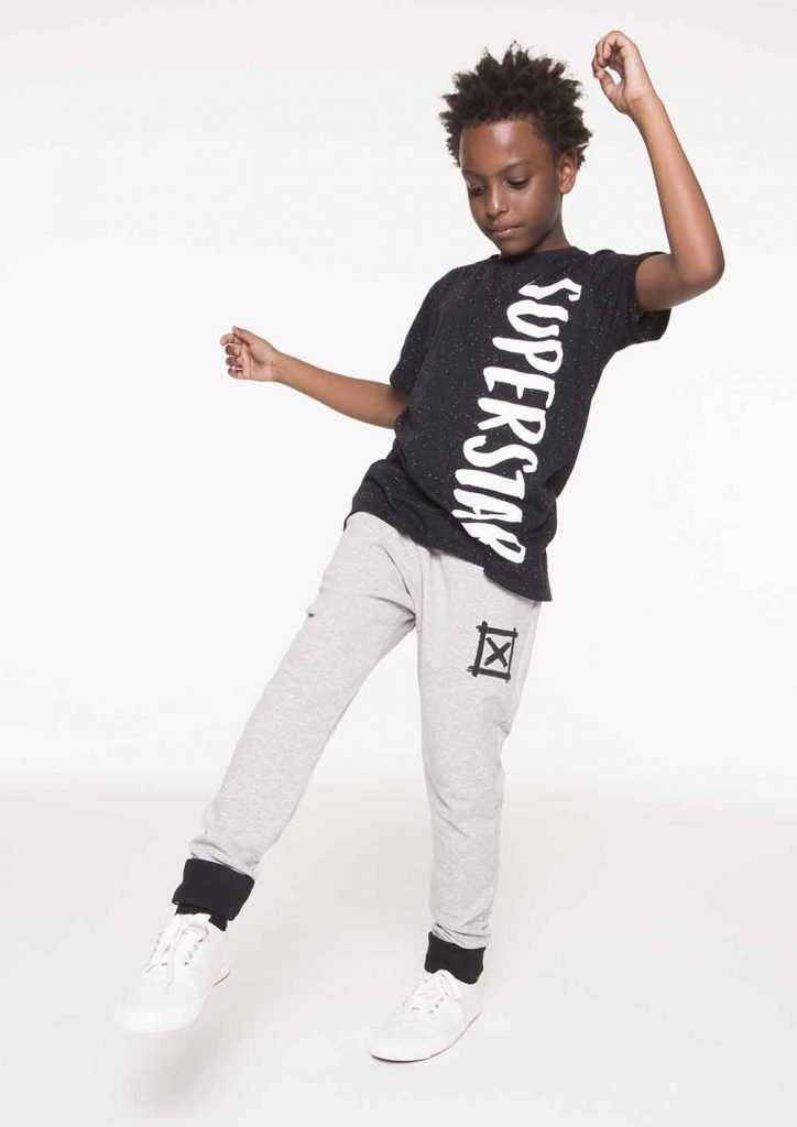 Camiseta infantil unissex de manga curta de malha leve com efeito botonê. Tem estampa deslocada na parte frontal do corpo, deixando a peça bem descolada, perfeita para compor looks bem modernos!